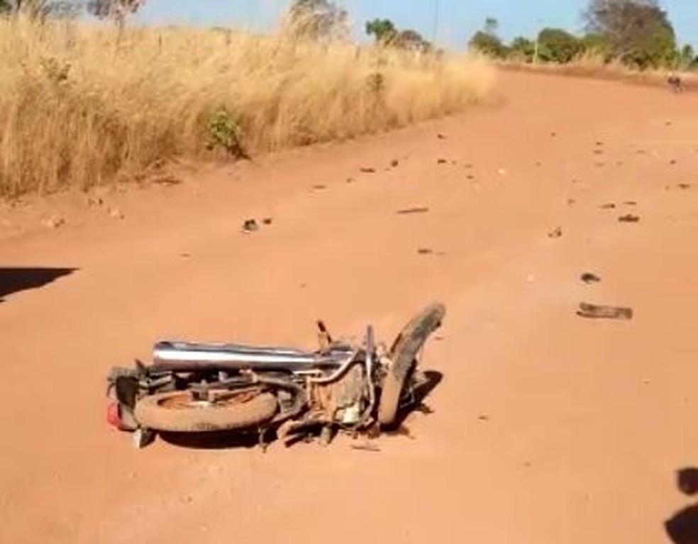 Peças da motocicleta ficaram espalhadas pela estrada — Foto: Reprodução