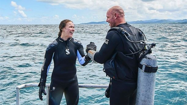 A lutadora de MMA Ronda Rousey durante o programa em que mergulha com tubarões (Foto: Divulgação)