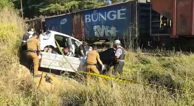 Acidente entre carro e trem mata duas pessoas e fere uma, em Ipiranga