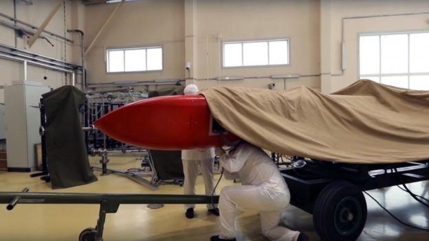 As imagens mostram novo míssil coberto por lona (Foto: EPA via BBC)
