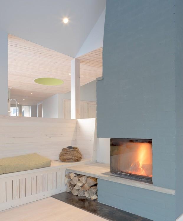 Uma lareira pequena aquece a sala de estar (Foto:  Richard Fraser/ Deezen/ Reprodução)