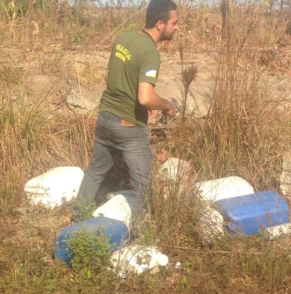 Embalagens de agrotóxicos foram jogadas na natureza (Foto: Naturatins/Divulgação)