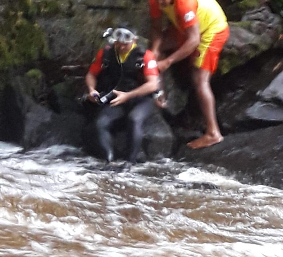Mergulhadores fazem buscas em cachoeira no Amazonas (Foto: Divulgação/ Guarda Municipal de Presidente Figueiredo  )
