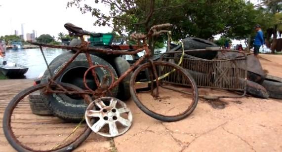 Bombeiros encontram pneus e até bicicleta ao mergulharem para recolher lixo no lago de Palmas