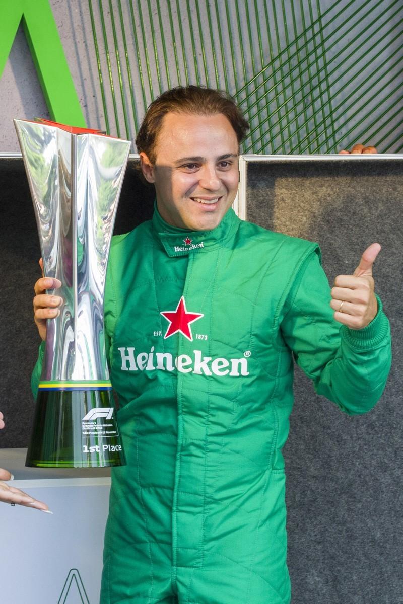 Felipe Massa com a taça do FÓRMULA 1 GRANDE PRÊMIO HEINEKEN DO BRASIL 2018, que acontecerá em 11 de novembro (Foto: Carlos Miller)