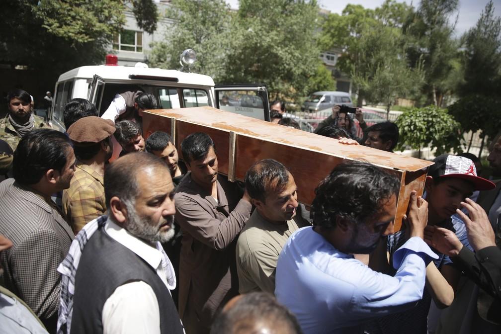 Parentes do fotógrafo Shah Marai carregam seu caixão nesta segunda-feira (Foto: Massoud Hossaini/AP)