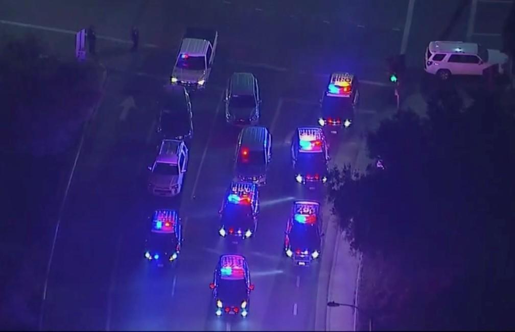 Polícia bloqueia cruzamento nas proximidades de bar onde tiroteio deixou feridos, em Thousand Oaks, Califórnia — Foto: KABC via AP