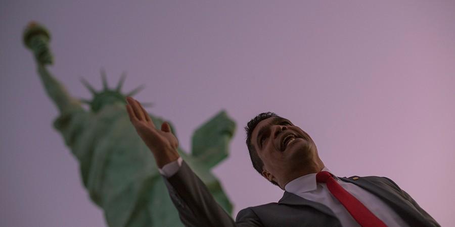 Daciolo grava vídeo em frente à Estátua da Liberdade. Não a de Nova York, mas a do interior de Goiás (Foto: DANIEL MARENCO/AGÊNCIA O GLOBO)