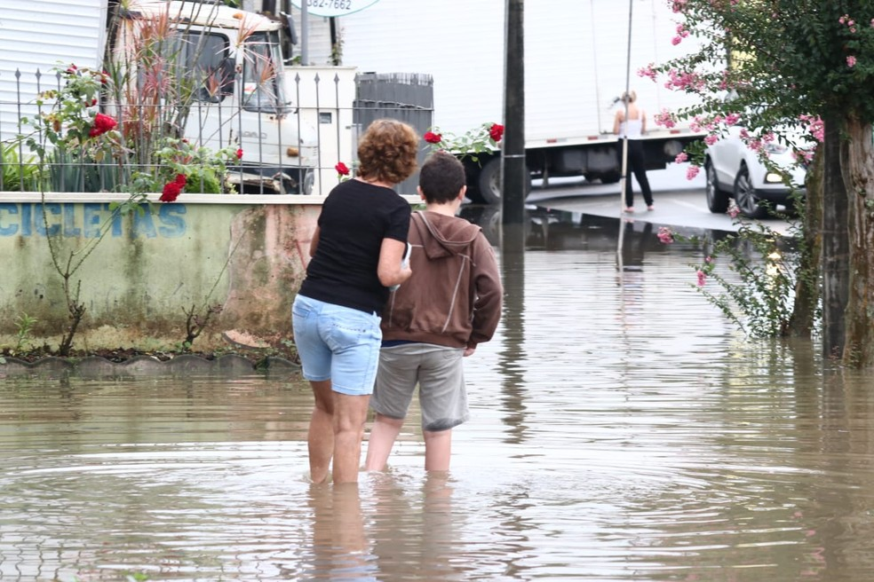 Ruas e casas atingidas pela chuva em Timbó na tarde de quinta-feira — Foto: Luiz Sousa/ NSC TV