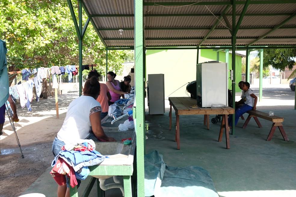 No Centro de Acolhimento da Fraternidade Sem Fronteiras, em Boa Vista, imigrantes ajudam na rotina diária (Foto: Inaê Brandão/G1 RR)
