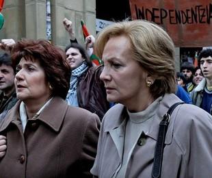 Ane Gabarain e Lena Irureta em cena como Miren e Bittori na série 'Pátria' | HBO