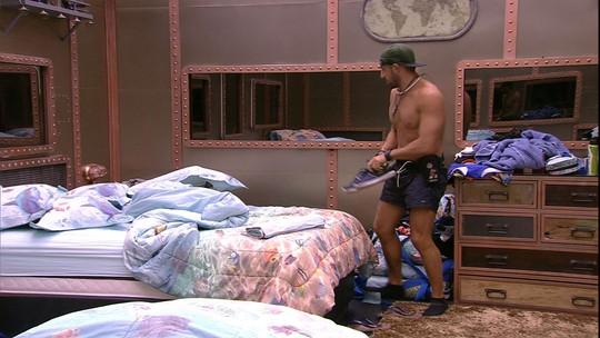 Sozinho no Quarto Submarino, Kaysar bagunça as camas