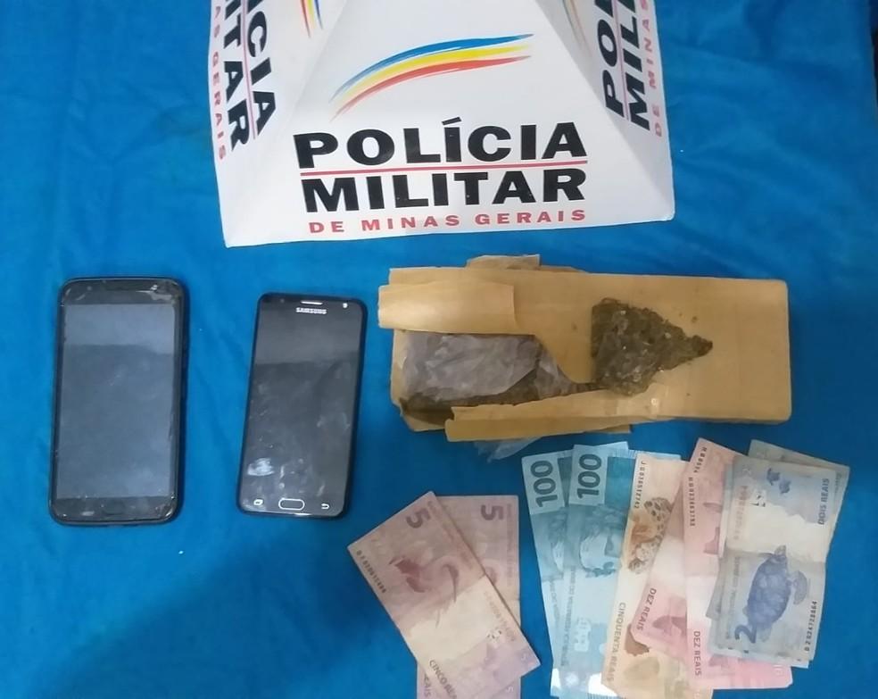 PM apreende drogas no Bairro Vila Ozanan em Juiz de Fora — Foto: PM/ Divulgação