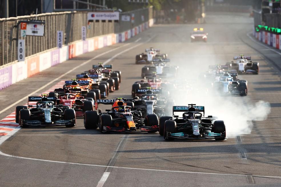 Hamilton freando na relargada e perdendo a curva em Baku — Foto: Clive Rose /Getty Images