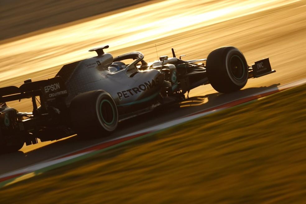 Valtteri Bottas acelera o W10 da Mercedes nos testes em Barcelona — Foto: Reprodução/Twitter