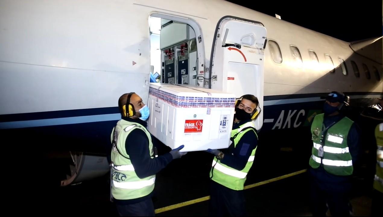 Avião com 63,6 mil doses de CoronaVac chega ao RS