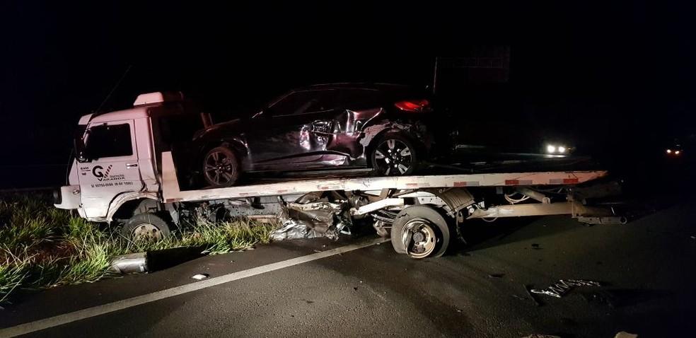 Motorista atingiu o caminhão-guincho que carregava dois veículos, que foram danificados também  (Foto: Corpo de Bombeiros / Divulgação )