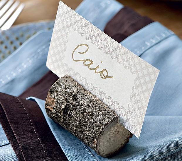 Na linha natural, um pedaço de galho serrado, com um corte para encaixar o cartão, também cumpre o papel com muito estilo (Foto: Foto Iara Venanzi | Realização Cláudia Pixu e Marcia Miler | Produção Henrique Morais)