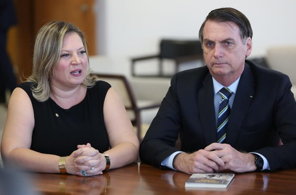 A líder do governo no Congresso, Joice Hasselmann (PSL-SP), e o presidente Jair Bolsonaro, durante reunião no Palácio do Planalto — Foto: Marcos Corrêa/PR