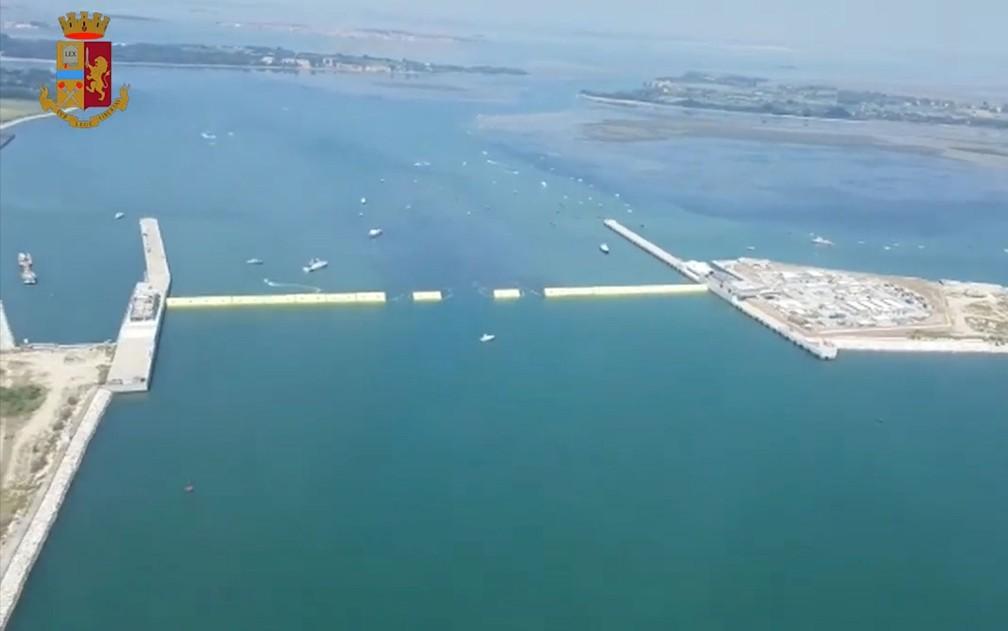 Vista aérea mostra algumas das 78 comportas amarelas do projeto Mose de barreiras, em Veneza, na Itália, durante teste na sexta-feira (10) — Foto: Italian police handout/Handout via Reuters