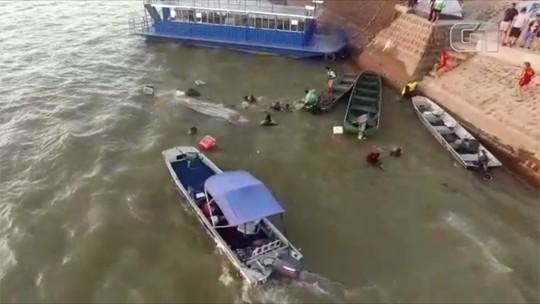 Bombeiros resgatam grupo após canoa afundar no Rio Araguaia, em Aruanã