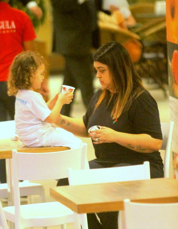 Preta Gil com a neta, Sol de Maria (Foto: Daniel Delmiro/AgNews)