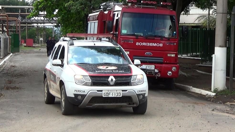 Equipes da polícia, bombeiros e Samu atenderam acidente em indústria de Charqueada — Foto: Edijan Del Santo/EPTV