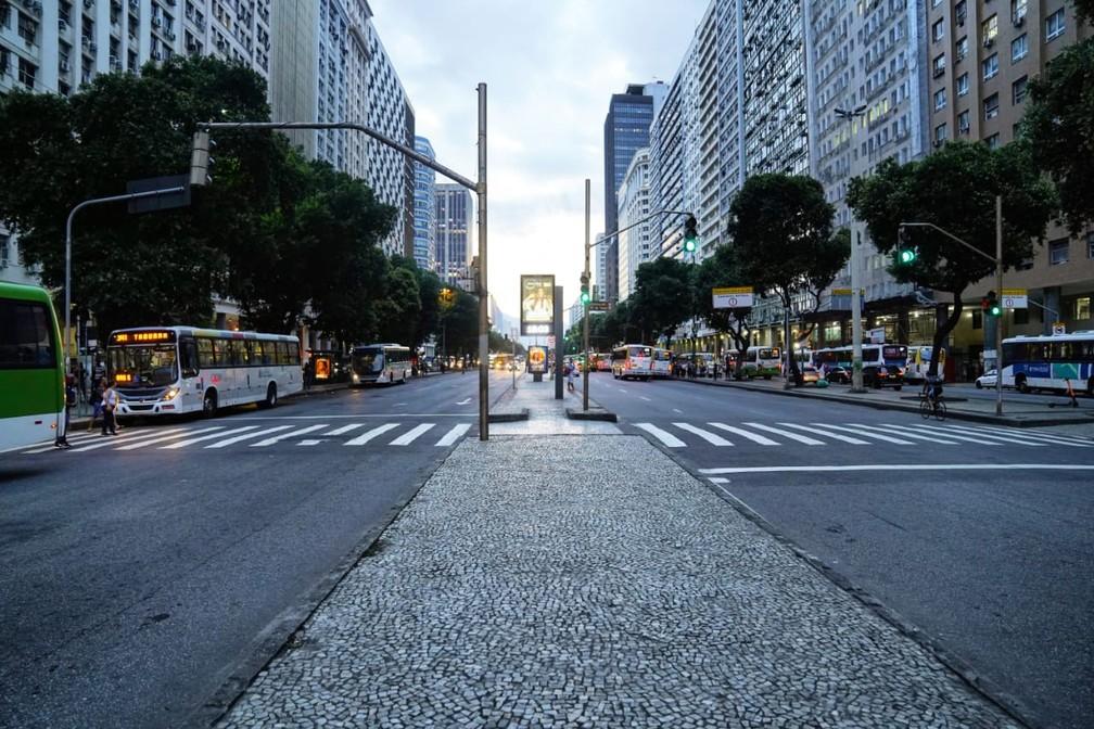 Avenida Presidente Vargas, Centro do Rio, mais vazia no fim da tarde desta quarta-feira (18)  — Foto: Marcos Serra Lima/ G1