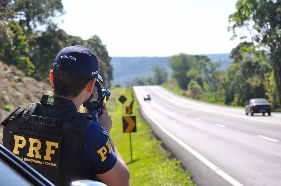 Policial utiliza radar móvel — Foto: Divulgação/Polícia Rodoviária Federal