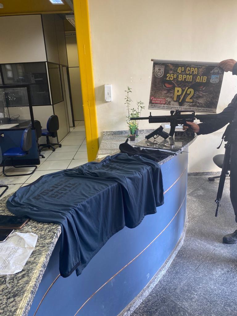 Dupla com camisas falsas da polícia e réplica de fuzil é presa no RJ; material seria usado em sequestro, segundo a polícia