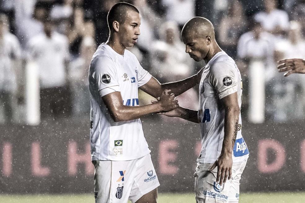 Kaio Jorge com Carlos Sánchez, em partida contra o Athlético Paranense — Foto: Ivan Storti/Santos FC