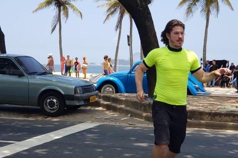 Caio Paduan é Quinzinho em 'Verão 90' (Foto: Reprodução)