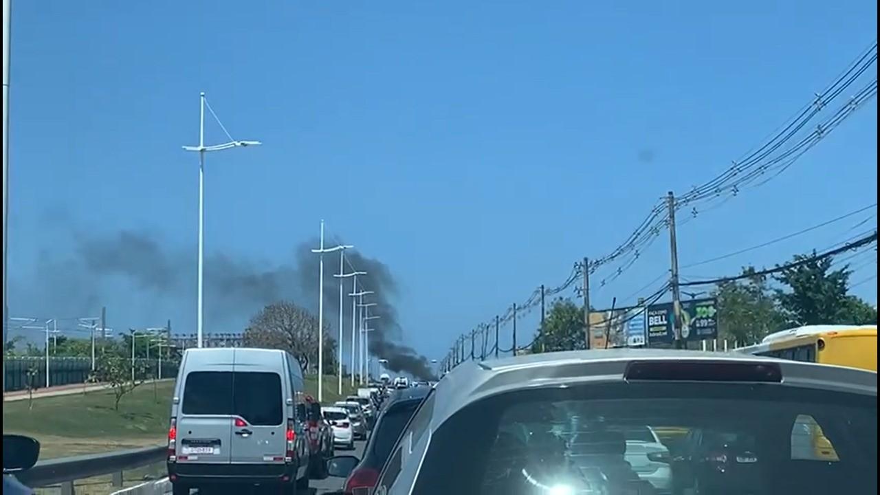VÍDEO: Carro pega fogo na Avenida Paralela, em Salvador