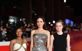 Como usar tênis no tapete vermelho? Shiloh, filha de Angelina Jolie, prova que é possível