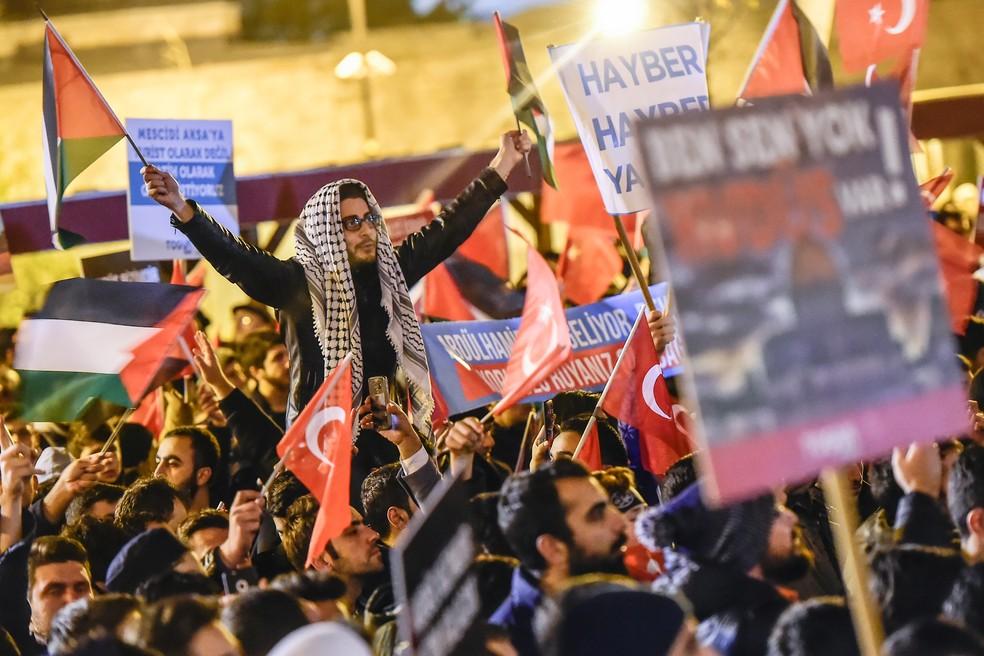 Manifestantes protestam em Istambul, na Turquia, contra o anúncio de Trump de reconhecimento de Jerusalém como a capital de Israel (Foto: Yasin Akgul/AFP)