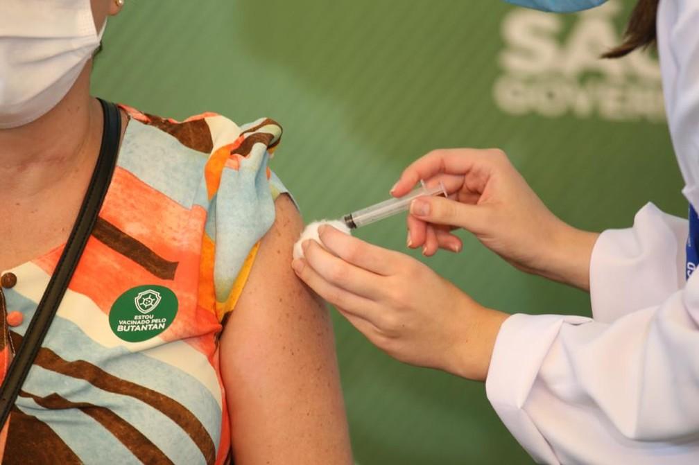 Profissional de saúde toma a primeira dose da Coronavac na capital paulista no domingo (17), no Hospital das Clínicas. — Foto: Divulgação/GESP