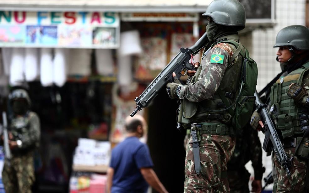Militares fazem operação na Favela da Rocinha, na Zona Sul do Rio, na manhã deste sábado (9) (Foto: Fábio Motta/Estadão Conteúdo)