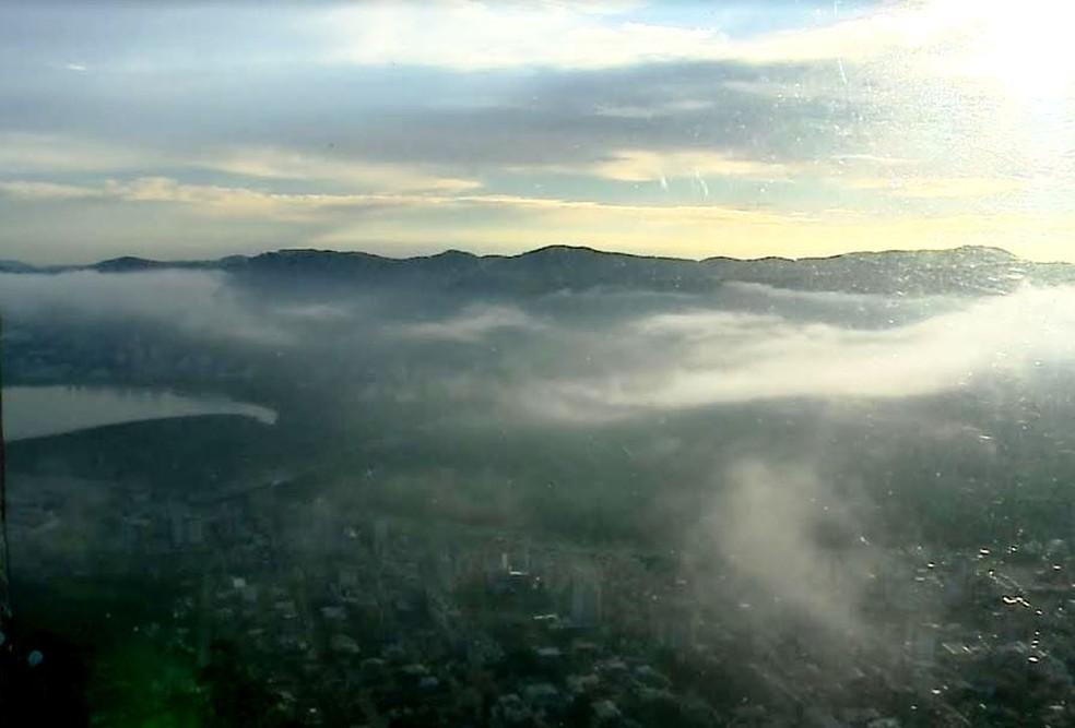 Amanhecer em Florianópolis foi com muitas nuvens nesta segunda-feira (16) (Foto: Reprodução/ NSC TV)