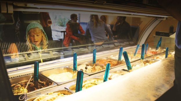 O sabor da baunilha é normalmente encontrado em sorvetes e doces, mas a maior parte da matéria-prima usada nas receitas é artifical (Foto: BBC)