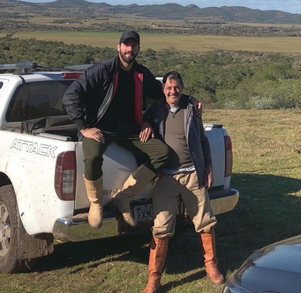 Goleiros Alisson com o pai José Agostinho. Jogador publicou a foto nas redes sociais em agosto de 2019 — Foto: Reprodução/Instagram @AlissonBecker