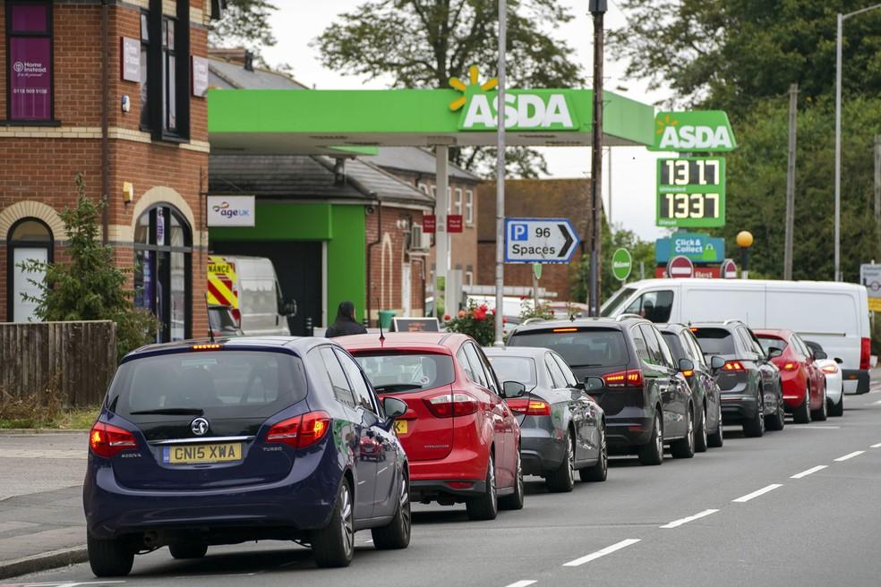 Após muitos produtos esgotarem em supermercados, postos de gasolina registraram filas no Reino Unido — Foto: Steve Parsons/PA via AP