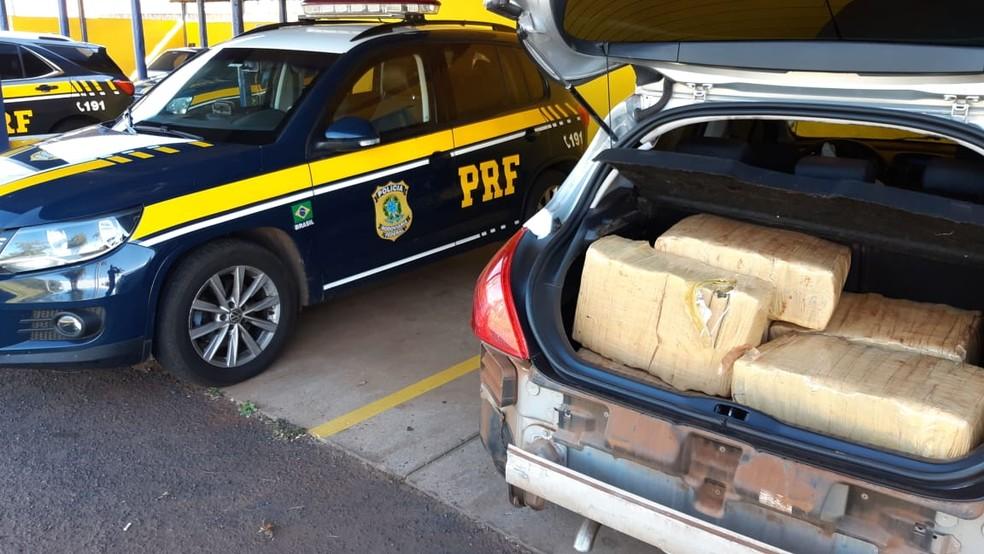 Carro com 500kg de maconha é abandonado em plantação de milho durante perseguição  — Foto: Divulgação/Polícia Rodoviária Federal