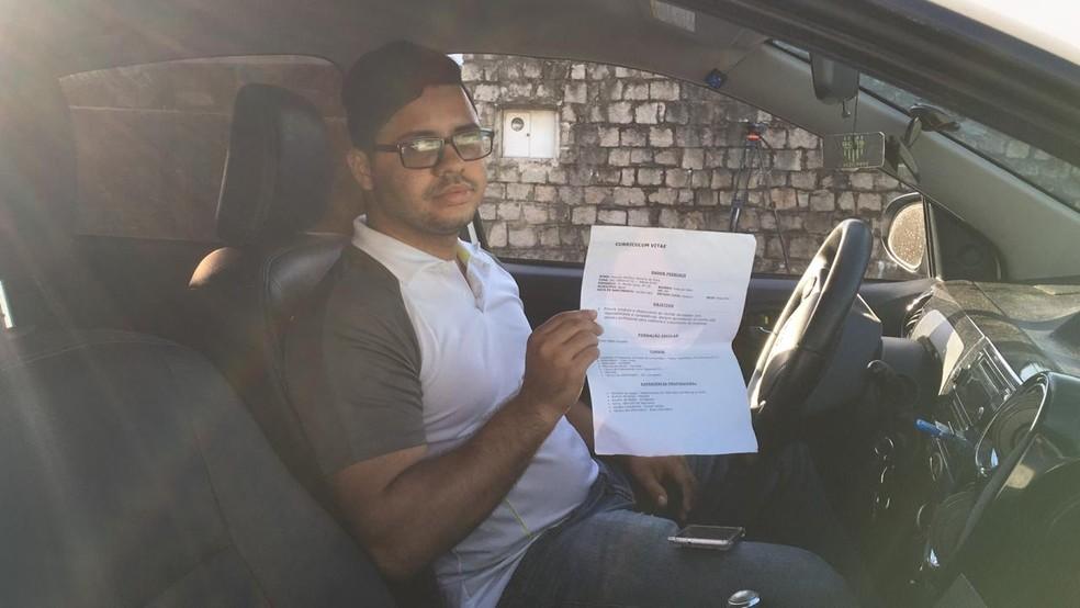 Matyson Bezerra, de 25 anos, trabalha 12 horas por dia e anda com currículo no carro — Foto: Heloísa Guimarães/Inter TV Cabugi