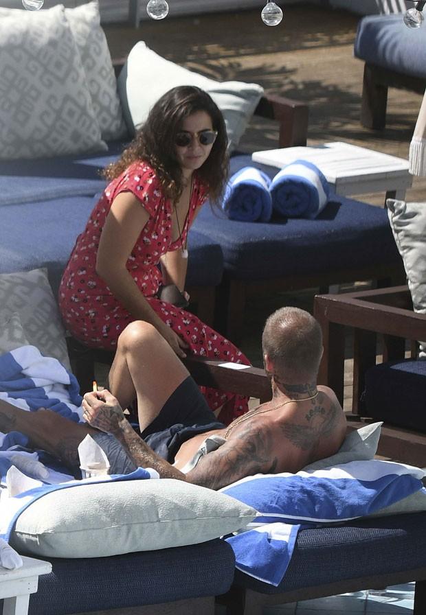 David Beckham conversa com morena misteriosa em Miami (Foto: The Grosby Group)