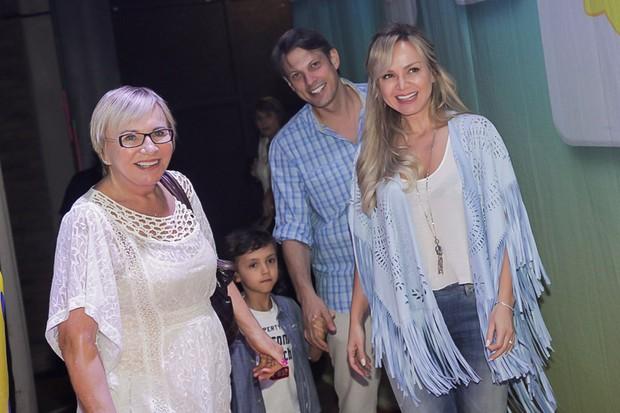 Eliana com o filho, o namorado e a mãe (Foto: Marcos Ribas/ Brazil News)