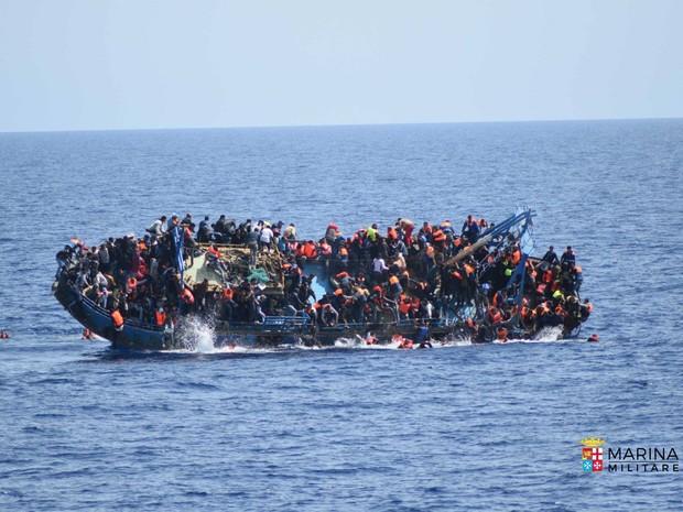 Embarcação com migrantes estava instável e com excesso de pessoas  (Foto: Marina Militare/Reprodução/Facebook)