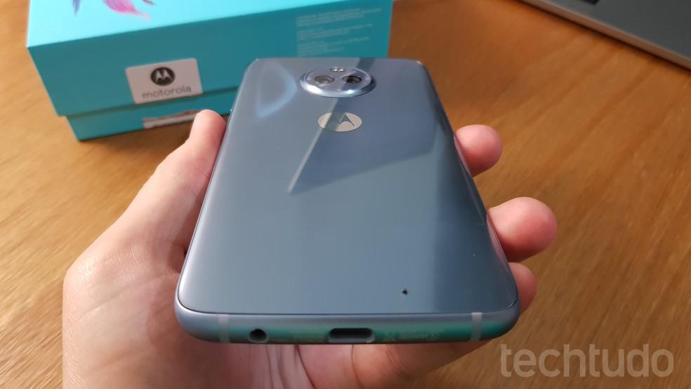 """Parte de trás do Moto X4 na cor """"topázio"""" com aspecto de vidro 3D; repare também no calombo onde fica alojada a câmera dupla (Foto: Thássius Veloso / TechTudo)"""