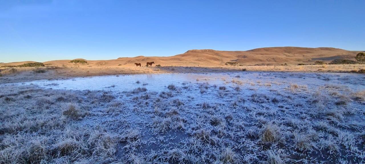 Fotógrafo deita em lago congelado na Serra de SC: 'Dá até para tirar um soninho', brinca; veja vídeo