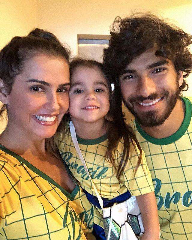 Deborah Secco e família em clima de torcida (Foto: Reprodução/Instagram)