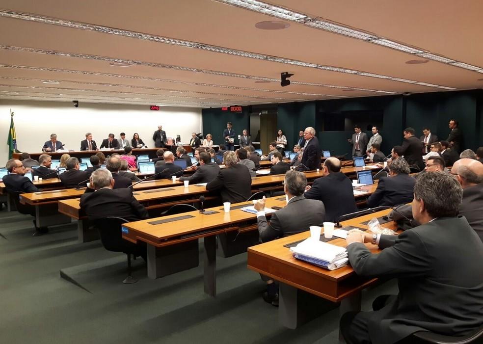 Imagem mostra os integrantes da Comissão Mista de Orçamento do Congresso durante a análise da proposta de revisão das metas fiscais de 2017 e de 2018 (Foto: Fernanda Calgaro/G1)